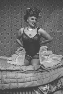 femme à la pipe espiègle noir et blanc,nu sexy