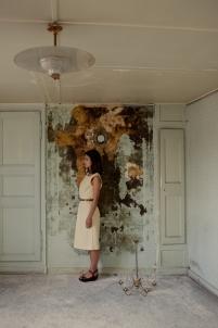 abandon, autoportrait, destruction, enquête, féminité, femme, jaune, maison abandonnée, mystère, portrait, solitude,