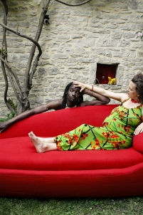 canapé rouge,nu maternité