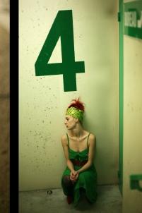 1980, 80's, cheveux rouges, coloré, couleurs, danse, danseuse, disco, féminité, femme, graphique, mise en scène, parking, portrait, saturé, souterrain, vert,