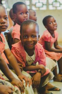 écoliers béninois en uniformes à lokossa,mission humanitaire