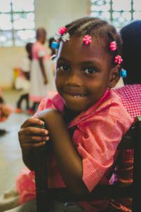 écolière béninoise en uniforme à lokossa,mission humanitaire