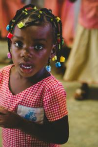 écolière béninoise en uniforme à lokossa chante et danse,mission humanitaire