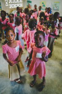 écoliers béninois en uniformes à lokossa chantent et dansent,mission humanitaire