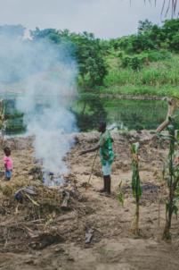 enfumage des mauvaises herbes pour replanter maïs,mission humanitaire