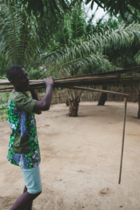 orphelin béninois porte des branches,mission humanitaire