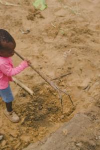 enfant béninois ratisse la terre,mission humanitaire