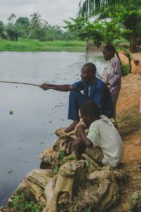 groupe de béninois pêchent à la ligne,mission humanitaire