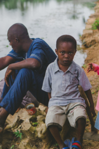 orphelin béninois à côté d'une rivière,mission humanitaire