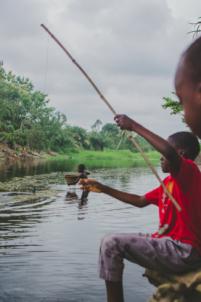 enfant béninois pêche à la ligne,mission humanitaire