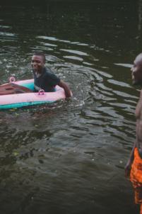 orphelin béninois fait du bateau gonflable,mission humanitaire