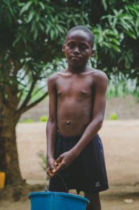 enfant béninois porte un seau,mission humanitaire