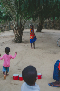orphelins béninois jouent avec boîtes de conserve,mission humanitaire
