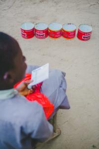 jeu de boîtes de conserve rouges,mission humanitaire
