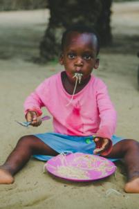 enfant béninois mange avec les mains,mission humanitaire