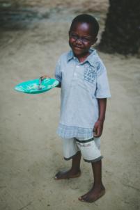 orphelin béninois tient une assiette,mission humanitaire