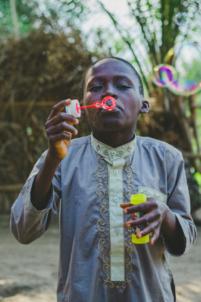 enfant béninois fait des bulles de savon,mission humanitaire