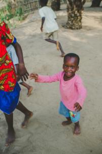 enfants béninois font des bulles de savon,mission humanitaire