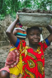 orpheline béninoise porte un fardeau sur sa tête,mission humanitaire