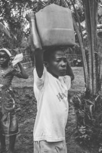 enfant béninois porte un fardeau sur sa tête,mission humanitaire