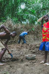 orphelins béninois remblaient la plage à lokossa,mission humanitaire