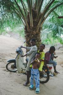 groupe d'orphelins béninois sur un scooter,mission humanitaire
