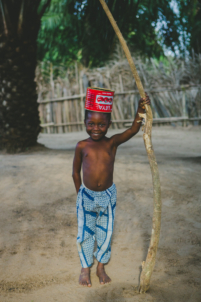 orphelin béninois déguisé en roi,mission humanitaire