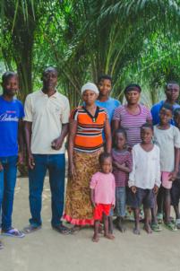 photo de groupe chez les amis,mission humanitaire