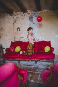 femme seins nus avec ballons,rousse et rouge