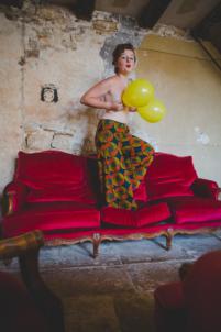 femme seins nus avec ballons jaunes,rousse et rouge
