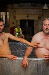 trio d'hommes btp baignoire travaux gilet jaune string en bonbons bague homo,nu érotique