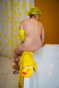 femme salle de bain canard jaune bonnet de douche,nu érotique