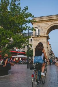 femme sur un vélo, arc de triomphe, place, ville,Dijon Bourgogne