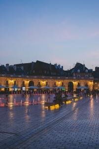 entre chien et loup, jets d'eau, ambiance nocturne, pavés,Dijon Bourgogne